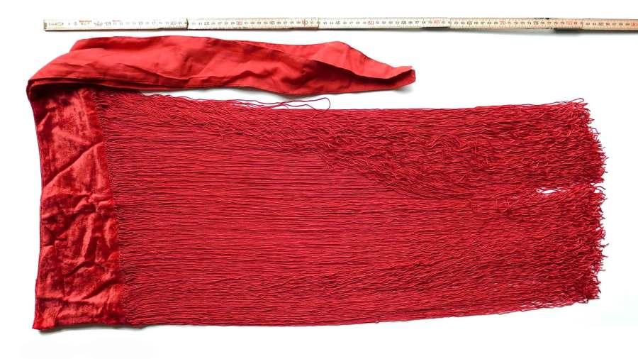 Rødt frynsesjal